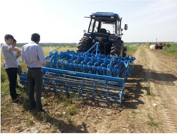 2014年5月21日至5月30,德国LEMKEN农机公司结合江苏、安徽等区域一年种植水稻、小麦两季的特点,有针对性提出用雷肯鲁宾圆盘缺口耙直接灭茬整地的耕地模式。并在江苏梁元农村、江苏洪泽湖农场、安徽白湖农场进行现场演示,效果很好,演示取得圆满成功。 图为在江苏梁元农场,农场主彭先生采用雷肯鲁宾Rubin9/300圆盘耙,配套福田雷沃135匹马力拖拉机使用,灭茬碎土效果非常好,达到了直接放水起浆插秧的效果。